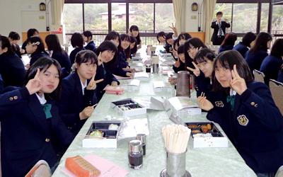 新しいクラスの仲間との昼食